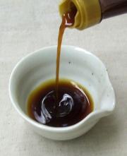 黒豆ぽん酢を小皿に注いで…。